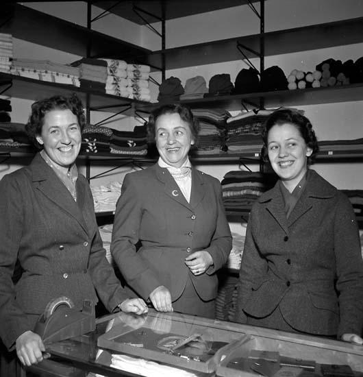 Varvsaffären på Strömstadsvägen. Britta, Karla och Laila