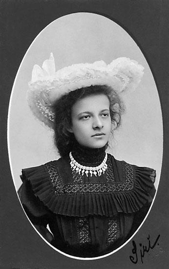 """Enligt noteringar: """"Siri."""" Stämpel på framsidan: """"Falk, Karlshamn, Filial: Hoby."""" Inpräglar på fotot: """"1906."""""""