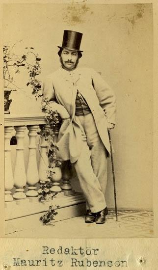 """Text på kortets baksida: """"Redaktören Mauritz Rubenson. Handelstidningens Flygande""""."""