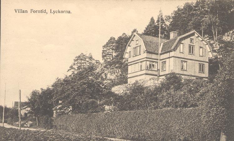 """Noterat på kortet: """"Villan Forntid, Lyckorna"""". """"Förlag: Ljungskile Bok & Pappershandel"""". Noterat på kortet: """"Huset byggt av virket från G:la kyrkan före 1907."""""""