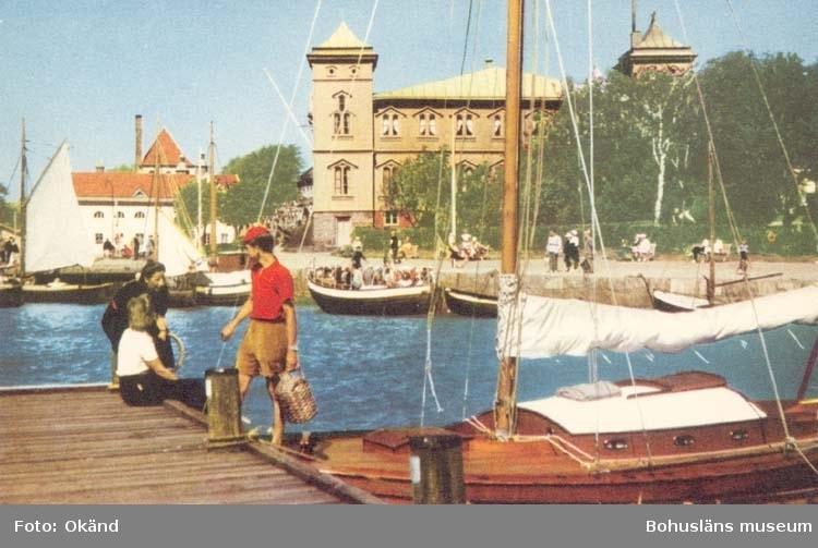 """Tryckt text på kortet: """"Strömstad. Parti av Södra Hamnen med restaurant Skagerack."""""""