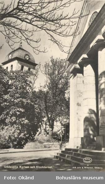 """Tryckt text på kortet: """"Kyrkan och klocktornet, Uddevalla.""""  ::"""