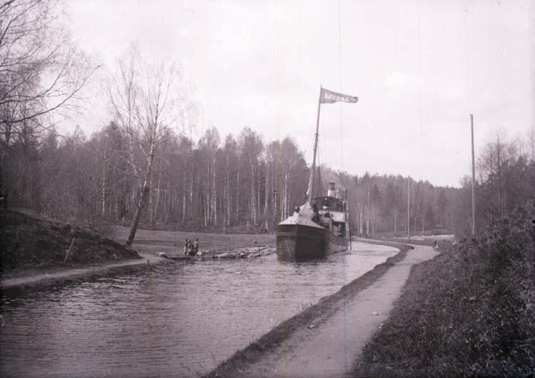 "Enligt text som medföljde bilden: ""Ejdern"" o. kanalen vid Långed Dalsland 16/5 1903."""