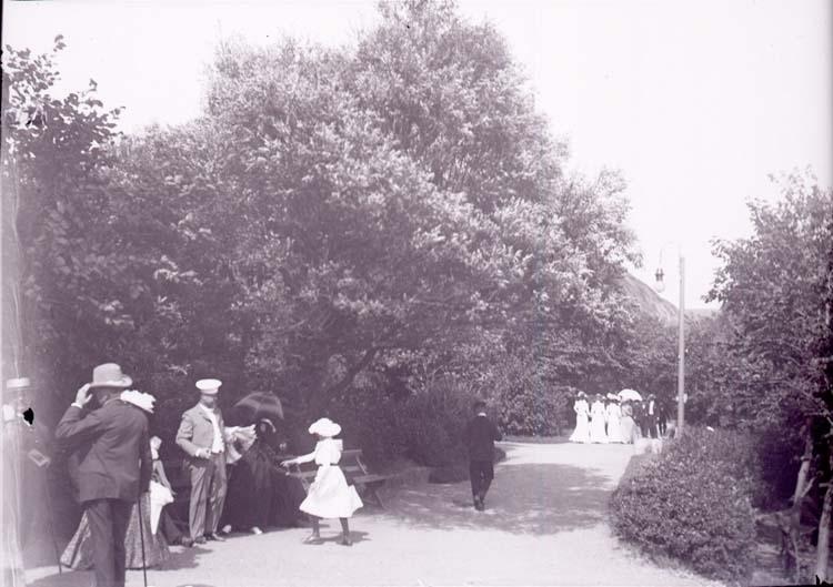"""Enligt text som medföljde bilden: """"Lysekil. Vid Badhuset i Båglampan 11/8 1901."""""""