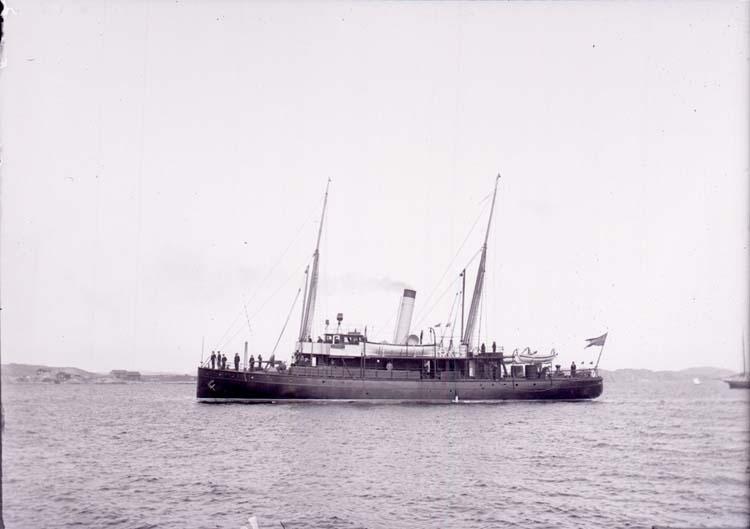 """Enligt text som medföljde bilden: """"Lysekil. Kanonbåten Svensksund fr. vår trädgård 15/6 1900."""""""