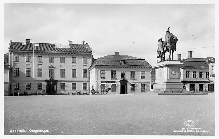 """Tryckt text på vykortets framsida: """"Uddevalla, Kungstorget"""".  ::"""