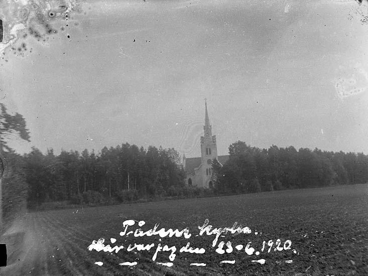 """Enligt text på fotot: """"Tådene kyrka. Här var jag den 23-6-1920""""."""