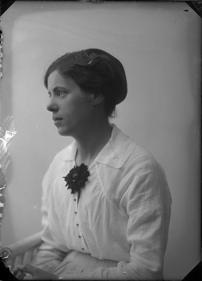 """Enligt fotografens anteckningar: """"Privat Elin Sahlberg 1915 30 år""""."""