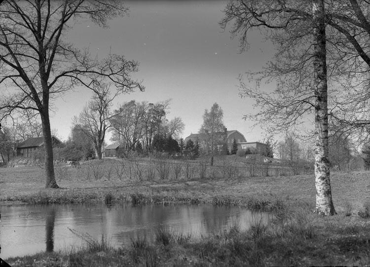 """Enligt fotografens anteckningar: """"Foss Prästgård omkring 1945. Herr Smith att lämna till den nye Prästen som kommer""""."""