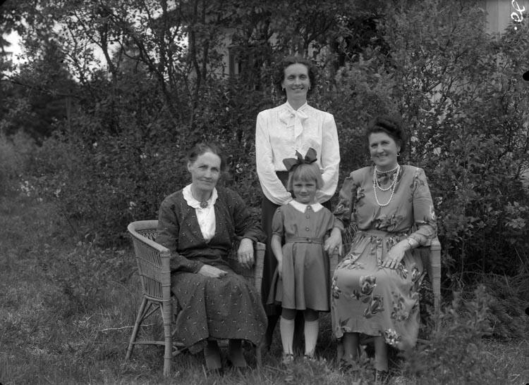 """Enligt fotografens anteckningar: """"1956, 26. Fru Einhäll (Olsson B) 4 generationer Studseröd Skredsvik""""."""