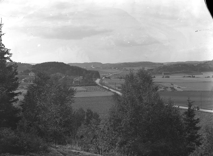 """Enligt fotografens noteringar: """"Motiv vid Säleby, i bakgrunden Håby kyrka."""""""