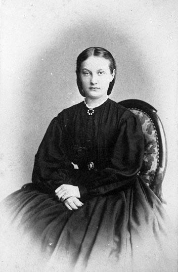 """Enligt fotografens noteringar: """"Fröken Maria Lundmark S.H...?""""."""