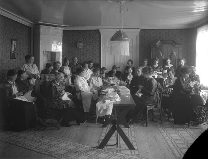 """Enligt fotografens noteringar: """"1917. Rödakors möte på Smedberg. Många som nu är borta 1923."""""""