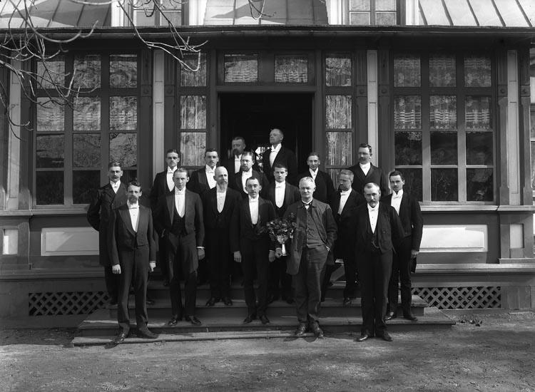 "Enligt fotografens noteringar: ""Munkedals Tjenstemän omkring år 1911-12."""