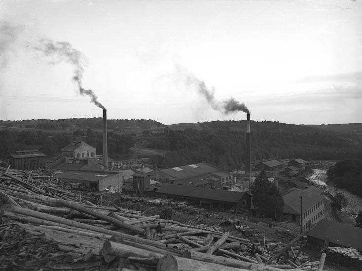 "Enligt fotografens noteringar: ""Munkedals fabriker troligen omkring 1900 -talet."""