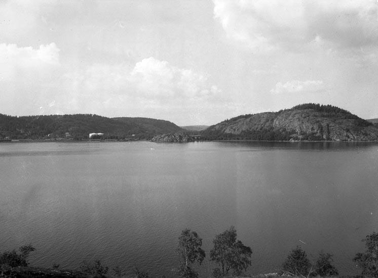 """Text som medföljde bilden: """"1949. Nr. 16. Vy från andra sidan Saltkälle..? taget mot Saltkällan o. Munkedals badstrand. Skredsvikslandet i förgrunden."""""""