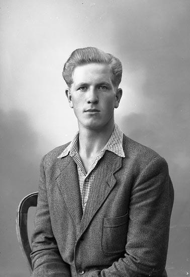 "Enligt fotografens journal nr 7 1944-1950: ""Larsson, Herr Holger Ödsmål Jäger""."