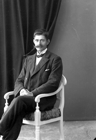"Enligt fotografens journal nr 3 1916-1917: ""Johansson, Anders Groland Spekeröd""."