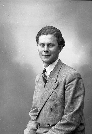 """Enligt fotografens journal nr 7 1944-1950: """"Olsson, Clarence Stenung Stenungsund""""."""