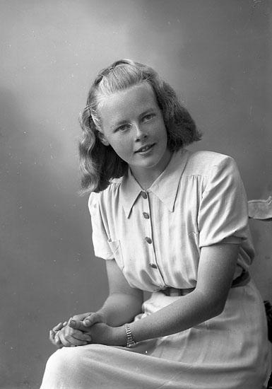 """Enligt fotografens journal nr 7 1944-1950: """"Johansson, Fröken Majlis Rossön Varekil""""."""