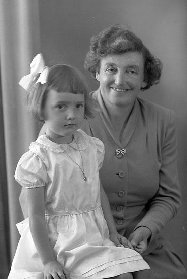 """Enligt fotografens journal nr 8 1951-1957: """"Johansson, Fru Annie, Känstorp, St. Höga""""."""