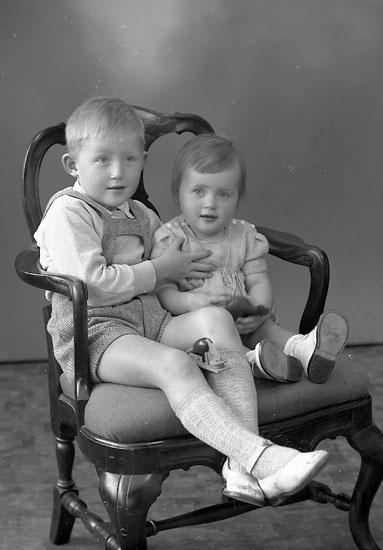 """Enligt fotografens journal nr 8 1951-1957: """"Engelbrekt, Fru Elsa Solgården Här"""". Enligt fotografens notering: """"Björn och Kristina Engelbrekt, Solgården Stenungsund""""."""