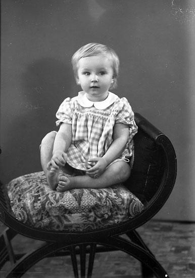 """Enligt fotografens journal nr 7 1944-1950 : """"Johansson, Marita adr. Fru Mary J. Mulltorp Svanesund""""."""