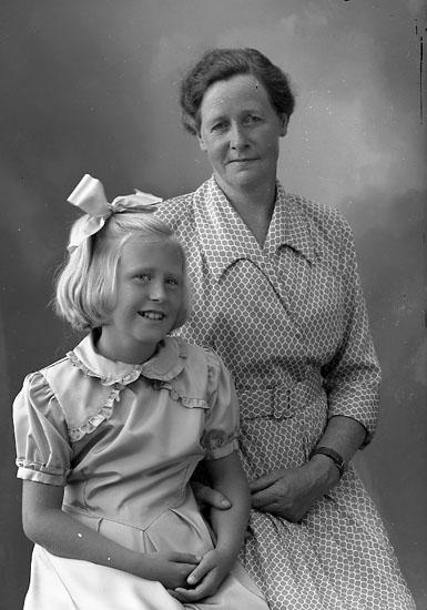 "Enligt fotografens journal nr 8 1951-1957: ""Fru Ada Relfsson, Evja Hjälteby""."