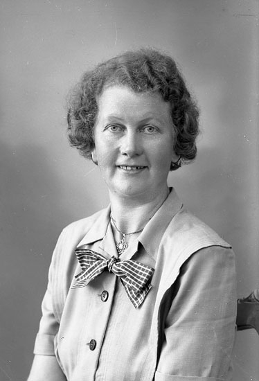 "Enligt fotografens journal nr 7 1944-1950: ""Pettersson, Fr. Irma Apleröd Spekeröd""."
