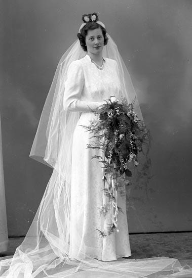 """Enligt fotografens journal nr 8 1951-1957: """"Johansson, Bruden. Herr Allan Apleröd Ödsmål""""."""