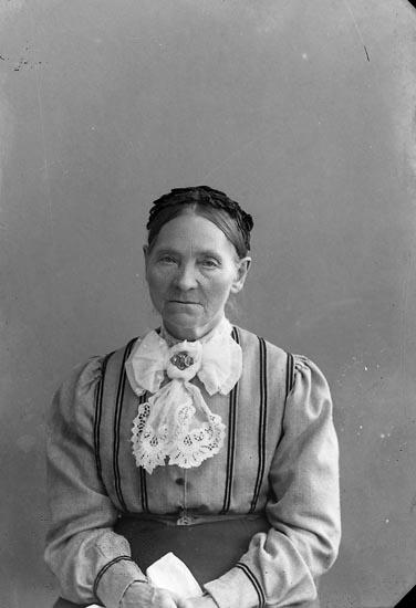 """Enligt fotografens journal nr 2 1909-1915: """"Nilsson, Olivia Brattön Höviksnäs""""."""