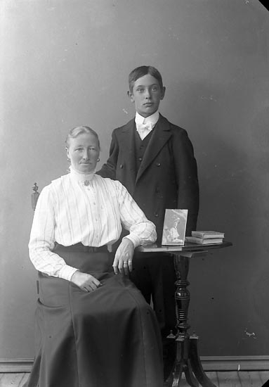 """Enligt fotografens journal nr 2 1909-1915: """"Johansson Fridolf Sjötorp Ödsmål"""". Enligt fotografens notering: Fridolf Johansson, Alma Jansson""""."""
