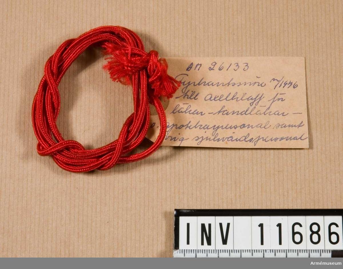 Grupp C I. Fyrkantssnöre m/1946 till axelklaff för läkar-, tandläkar- och apotekarpersonal samt övrig sjukvårdspersonal.