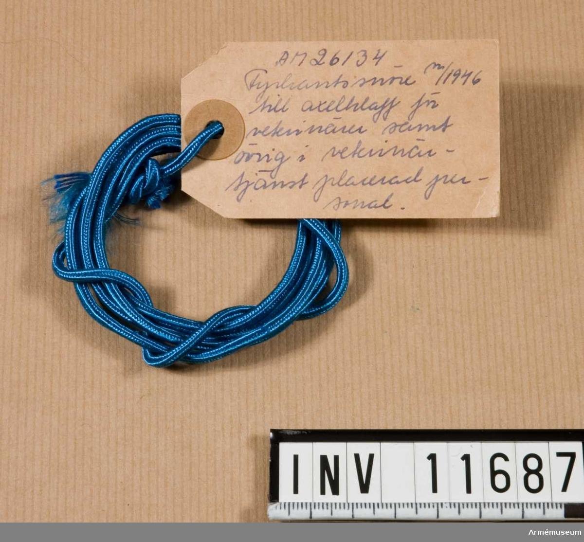 Grupp C I. Fyrkantssnöre m/1946 till axelklaff för veterinärer samt övrig i veterinärtjänst placerad personal.