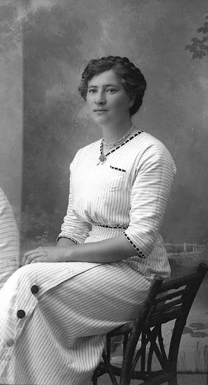 """Enligt fotografens journal Lyckorna 1909-1918: """"Mattsson, Anna Häggeröd, Grohed""""."""