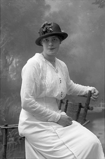 """Enligt fotografens journal Lyckorna 1909-1918: """"Eriksson, Karin, Anfasteröd Ljungskile""""."""