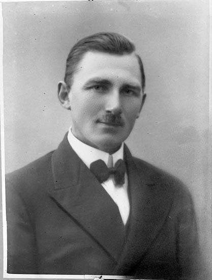 """Enligt fotografens journal nr 6 1930-1943: """"Simonsson, Herr Uppegård, Här""""."""