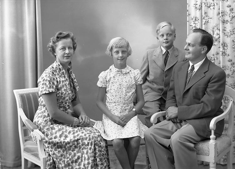 """Enligt fotografens journal nr 8 1951-1957: """"Embring, Byrådirektör m. familj Bromma""""."""
