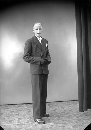 """Enligt fotografens journal nr 6 1930-1943: """"Carlsson, Erik""""."""