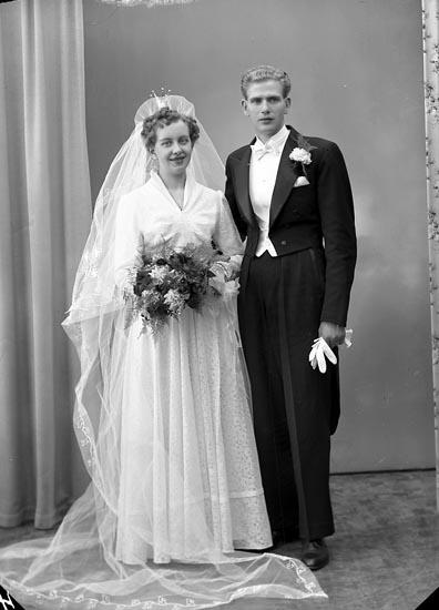 "Enligt fotografens journal nr 8 1951-1957: ""Larsson, Herr Stig, Halleby Jörlanda""."