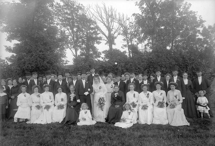 "Enligt fotografens journal nr 2 1909-1915: ""Jacksons bröllopsgr."". Enligt fotografens notering: ""Jacksons bröllopsgrupp Nösnäs""."