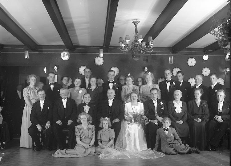 """Enligt fotografens journal nr 7 1944-1950: """"Karlsson, Brudparet V. Röd Höviksnäs"""". Enligt fotografens notering: """"Brudparet Johansson-Karlsson""""."""