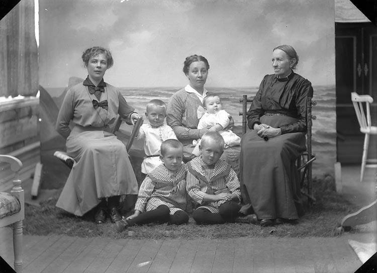 """Enligt fotografens journal nr 2 1909-1915: """"Jansson, Fru Olga Ödsmål""""."""