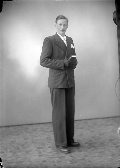 """Enligt fotografens journal nr 7 1944-1950: """"Franzén, Morgan Starrkärr, Ödsmål""""."""