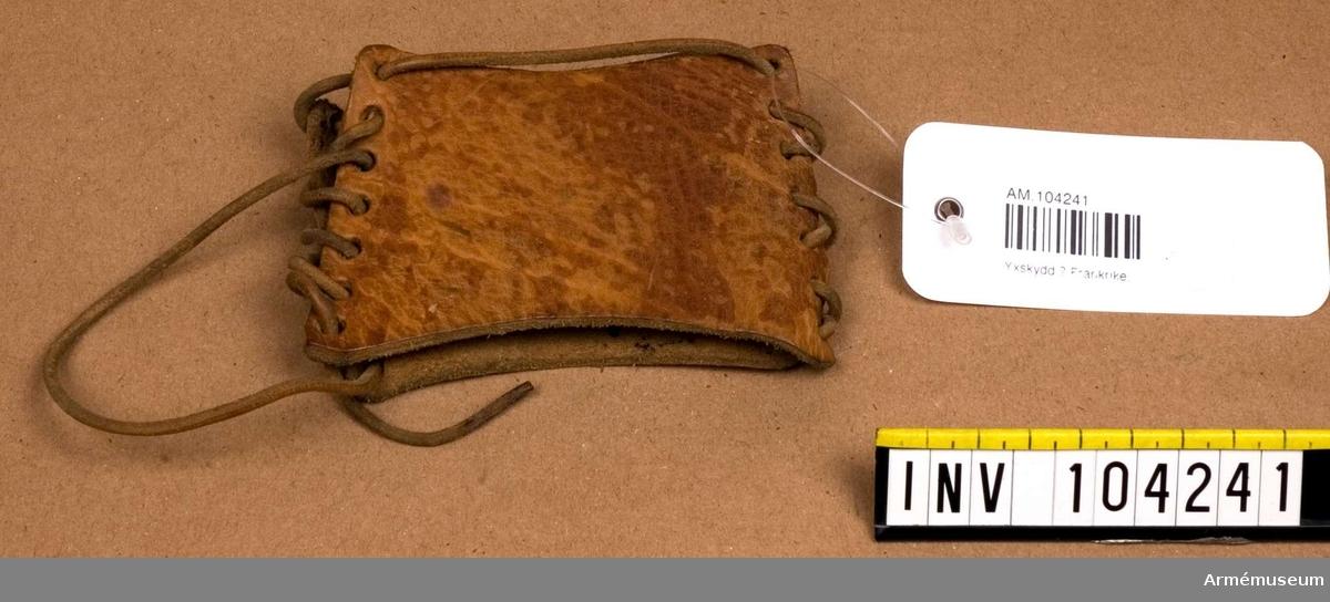 Grupp C. Ur uniform m/1845 för menig vid 128 de infanteriregementet i Frankrike. Buren av greve S Lewenhaupt. Består av vapenrock, långbyxor, damasker, skärmmössa, lägermössa, kapuschong, halsduk, näsduk, ränsel, brödväska, kokkärl, skärp, gördel, putstrasa. Av brunt läder med lädersnören på sidorna för att fästa om långbyxan.