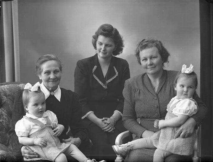 """Enligt fotografens journal nr 7 1944-1950: """"Hermansson, Fru Ester Stenungsund 4 generationer""""."""