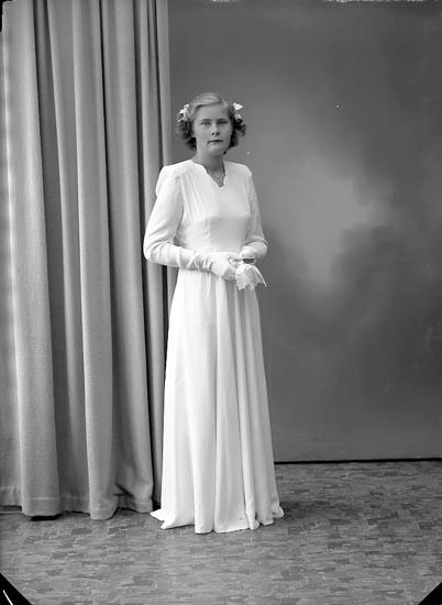 """Enligt fotografens journal nr 7 1944-1950: """"Hasselberg, Birgit Ödsmål""""."""