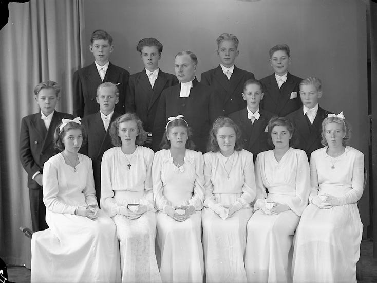 "Enligt fotografens journal nr 7 1944-1950: ""Berntsson, Pastor Konfirmander Långelanda""."