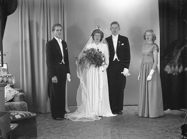 "Enligt fotografens journal nr 7 1944-1950: ""Helander, Herr Åke, St. Olofsg. 13, Falköping""."