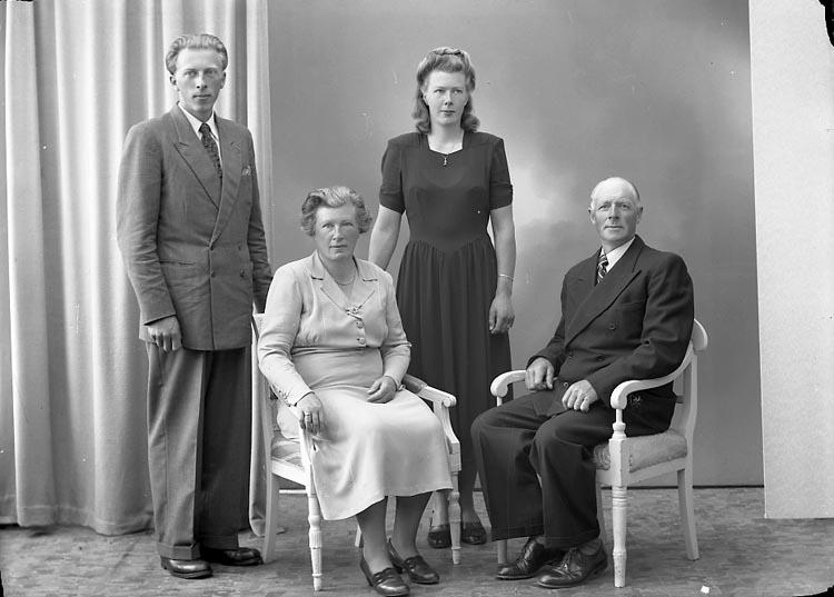 "Enligt fotografens journal nr 7 1944-1950: ""Larsson, Herr Axel Box 309 Kode""."